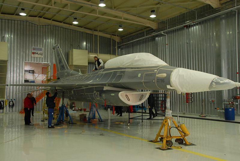 Chasseur F-16 avant décapage (stripping)